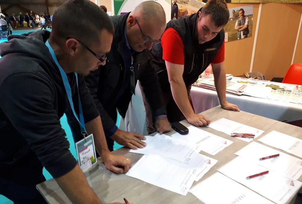 JA Charente-Maritime: signatures en série de chartes à l'installation lors de Balade à la Ferme